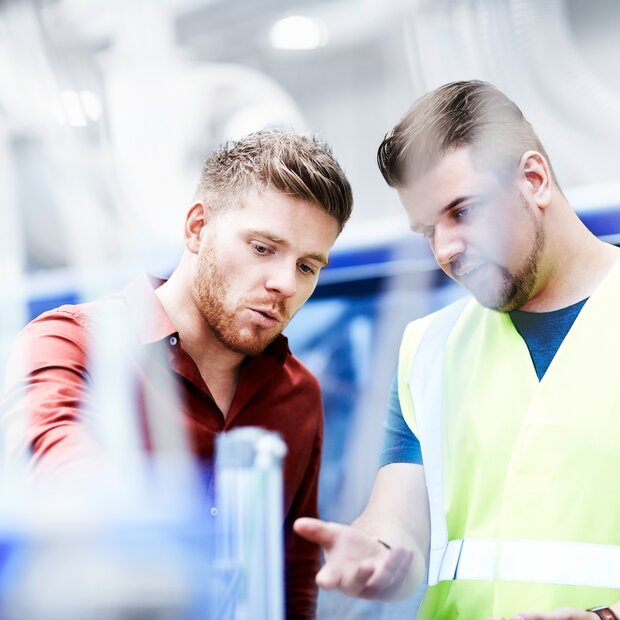 © © iStock-535474757_stocknroll (Young manager and foreman looking at machine on production line)